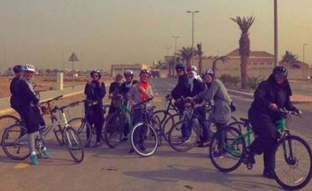 سباق للفتيات على الدراجات الهوائية في المملكة العربية السعودية
