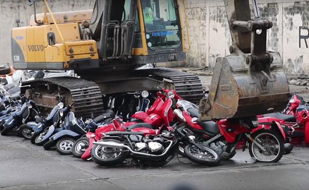 شاهد: رئيس الفلبين يدمر 100 دراجة نارية وسكوتر أمام أعين الشعب