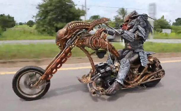 شاهد: كائن فضائي يجذب الأنظار بدراجته النارية في تايلاند