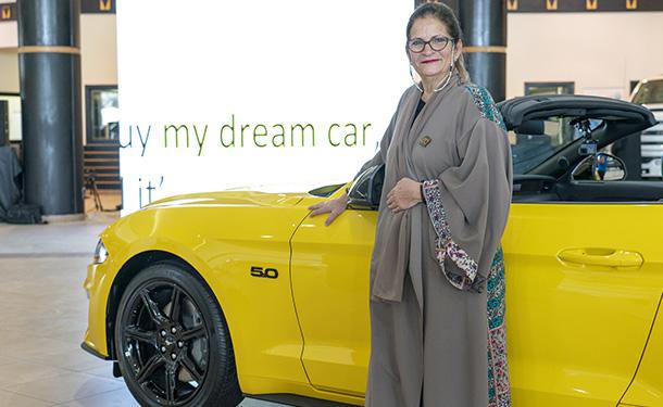 شاهد: ناشطة إجتماعية تتسلم سيارة هدية من فورد بعد السماح بقيادة النساء للسيارات بالسعودية