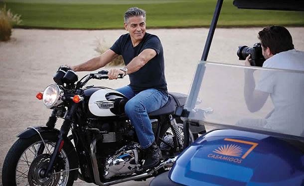 إصابة جورج كلوني أثناء قيادته لدراجة نارية في إيطاليا