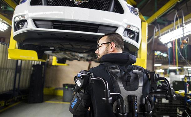 فورد تستخدم بدلة ميكانيكية خاصة لتقليل إصابات العمال بمصانعها