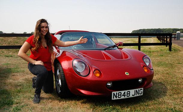 تعرف على الفتاة التي أطلق اسمها على أشهر سيارات لوتس الإنجليزية
