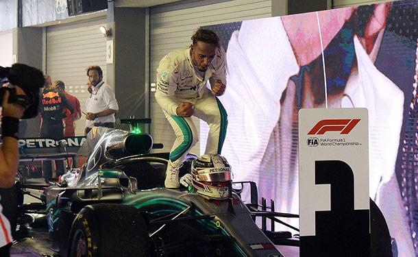 لويس هاملتون يفوز بسباق الجائزة الكبرى في سنغافورة