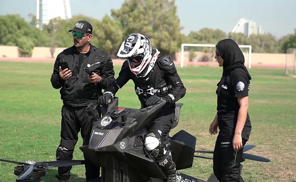 شاهد: شرطة دبي تتدرب على قيادة دراجات طائرة بديلة للدراجات النارية العادية