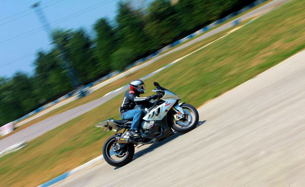 تجربة: دراجة بي ام دبليو موتوراد 1000 RR وحش الحلبة والمدينة