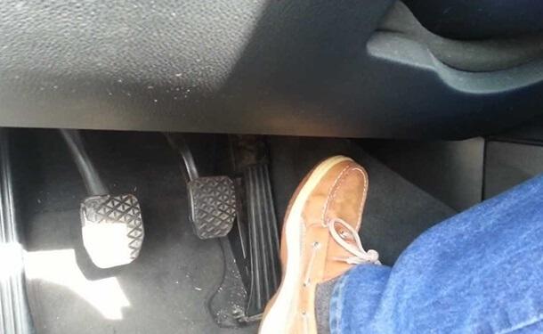 نصائح هامة اتبعها إذا علقت دواسة الوقود بسيارتك أثناء القيادة