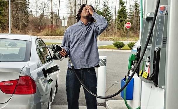 ماذا تفعل إذا وضعت في خزان سيارتك نوع خاطئ من الوقود
