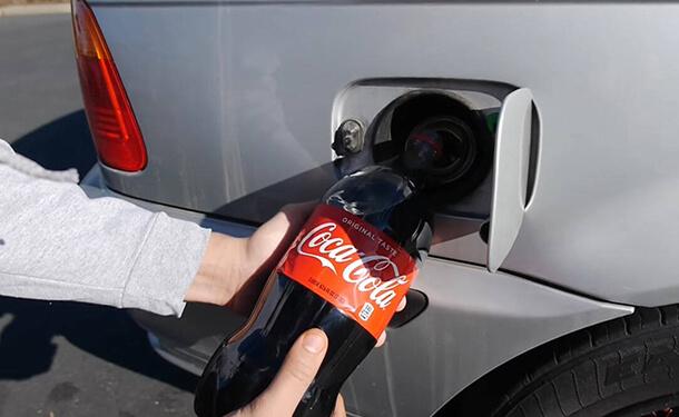 ماذا يحدث عند وضع مياه غازية بدلا من الوقود في السيارة؟