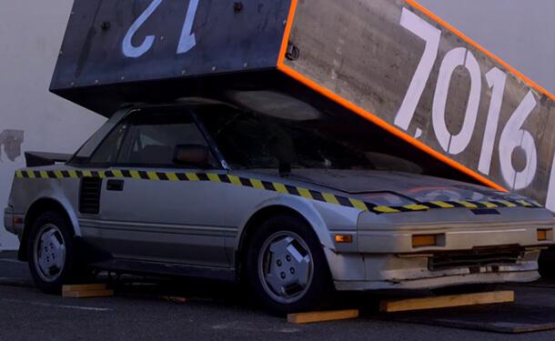 تحطيم سيارة تويوتا كلاسيكية ببرنامج على قناة ديسكفري