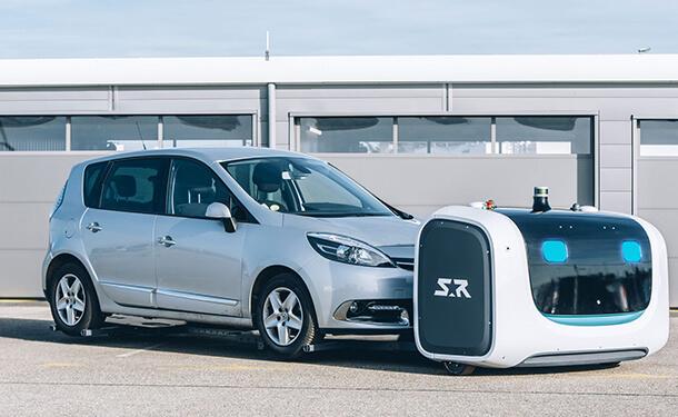إنسان آلي لركن السيارات بمطار جاتويك في لندن انجلترا