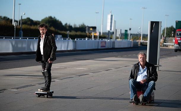 جيريمي كلاركسون وريتشارد هاموند في مطار انجلترا