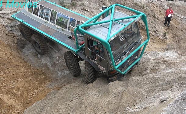 سيارات-شاحنات-اصطدام-صحراء-اتربه