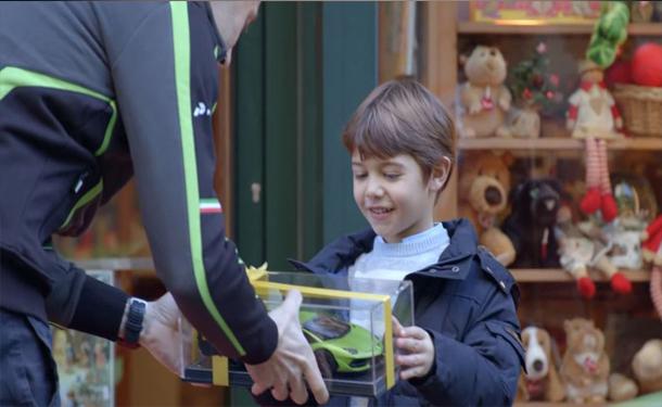 طفل-سياره-هديه-العاب-اعطاء-لامبورجيني